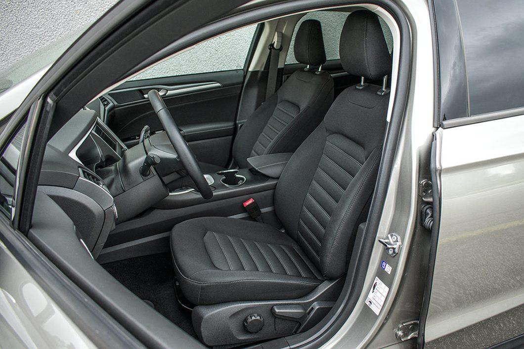 Prednja sjedala su vrlo udobna te daju više no zadovoljavajuću potporu tijelima vozača i suvozača. Prostora dakako ima više nego što je potrebno, a pronaći optimalan položaj za upravljačem je vrlo lak zadatak