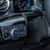 Mercedes-Benz ne odustaje od pomalo neobične pozicije prekidača za aktiviranje parkirne kočnice. Spomenimo i sustav Hold za zadržavanje vozila na mjestu koji se aktivira jačim (no sada slabijim nego na prethodnim modelima) pritiskom na papučicu kočnice