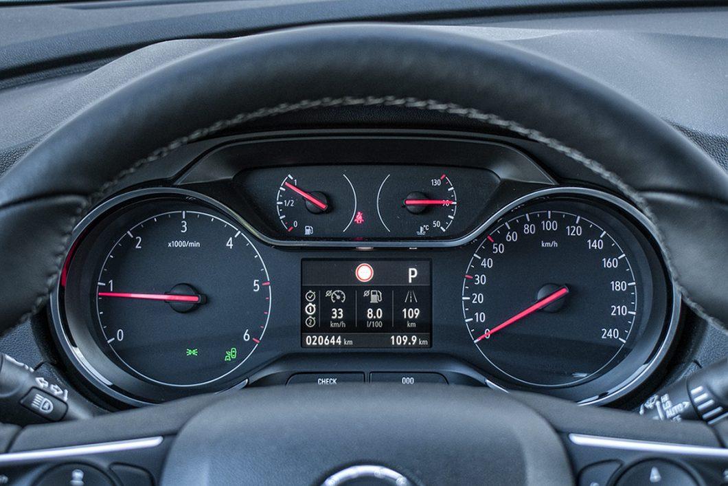 Instrumentna ploča je jednostavno dizajnirana i vrlo pregledna, a u njezinoj sredini se nalazi informativni zaslon putnog računala