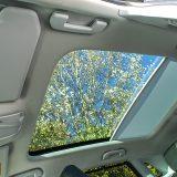 Panoramski krov s električno pomičnim sjenilom je odličan dodatak za svaki automobil koji cilja na viši segment. Recimo i da se radi o elementu opcijske opreme
