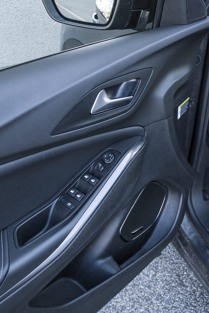 U automobilu ove razine opremljenosti sasvim je razumljivo da su dio standardne opreme prednji i stražnji električno otvorivi prozori te električno podesivi i preklopivi vanjski retrovizori