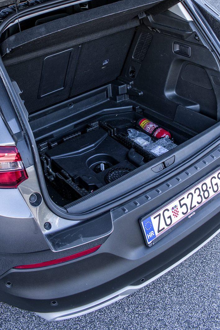 Ispod podnice prtljažnika se nalazi komplet za popravak pneumatika te Denon Premium Sound System zbog kojeg je obujam prtljažnika manji za 26 dm3