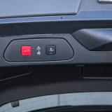 Poklopac prtljažnika je električno pokretan, a omogućeno je i otvaranje /zatvaranje prtljažnika pokretom noge iza stražnjeg branika što je doista iznimno praktičan detalj