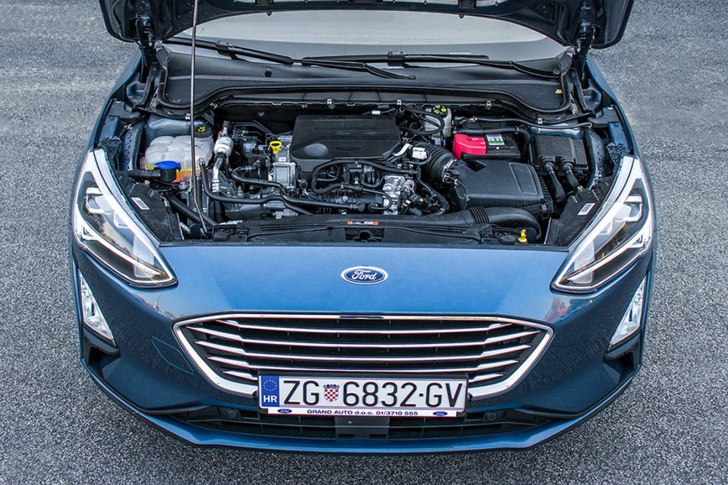 Pod prednjim se poklopcem testiranog Focusa smjestio 125 KS snažni 3-cilindrični benzinski turbo, komercijalne oznake EcoBoost. Uz izravno ubrizgavanje goriva, ovo je jedan od najučinkovitijih malih benzinaca čemu su dokaz i brojna osvojena priznanja