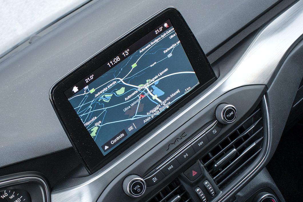 Uz dijagonalu od 8 inča (20,3 cm) zaslon infotainment sustava Ford Sync 3 pruža dobru preglednost i obilje informacija. Posebno je to korisno u slučaju kamere za vožnju unatrag koja nudi nekoliko prikaza, uključujući i onaj vrlo širokog kuta te zakretne vodilice