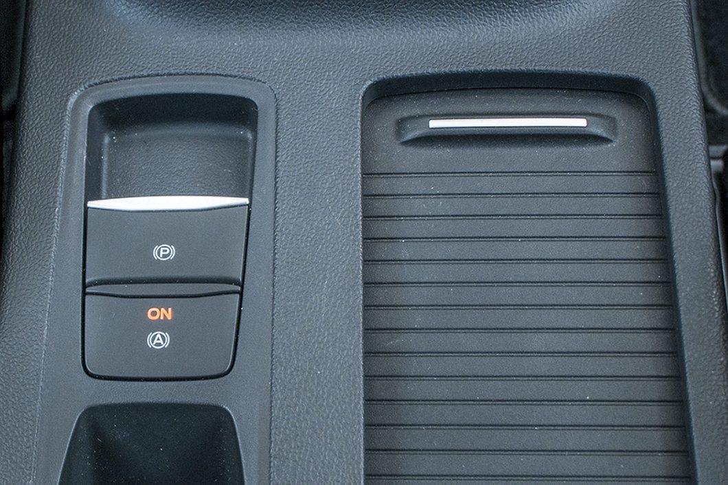 Električna parkirna kočnica također je dio serijske opreme testiranog Focusa. Uz nju, tu je i doista korisna funkcija Auto Hold koja nakon zaustavljanja zadržava vozilo na mjestu, bez potrebe za dodatnom intervencijom vozača