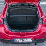 """Prtljažnik Mazde2 zaprima 280, odnosno 950 dm3. Testirani je automobil dodatno bio opremljen i """"kadicom"""" tj. gumenom prostirkom prtljažnika vrijednom 524 kn"""