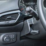Kao što je to uobičajeno kod Opela, kroz podatke putnog računala prolazi se prstenom na lijevoj ručici iza upravljača