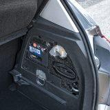 U bočnoj stranici prtljažnika smješten je komplet za popravak pneumatika kompresorom jer mjesta za klasični rezervni kotač nema