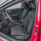 Prednja su sjedala udobna i nude dovoljno potpore tijelu za jedan, prvenstveno gradski automobil. Oba su podesiva prema visini