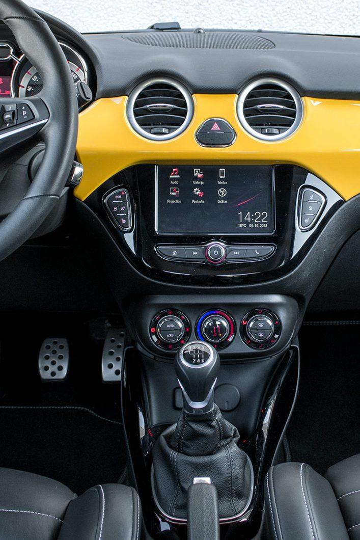 Kao što smo već i navikli kod današnjih automobila, glavnu riječ, govorimo li o središnjoj konzoli, ima zaslon infotainment uređaja koji nudi Bluetooth povezivost i USB priključak