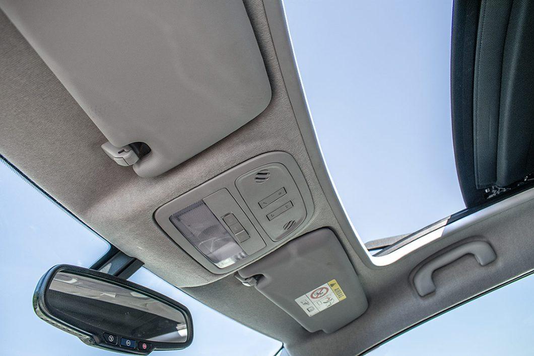 Električno sklopivi platneni pokrov krovnog otvora dio je serijske opreme testiranog automobila i malenom Adamu Rocks S daje još jedan dodatni dašak ekskluzivnosti