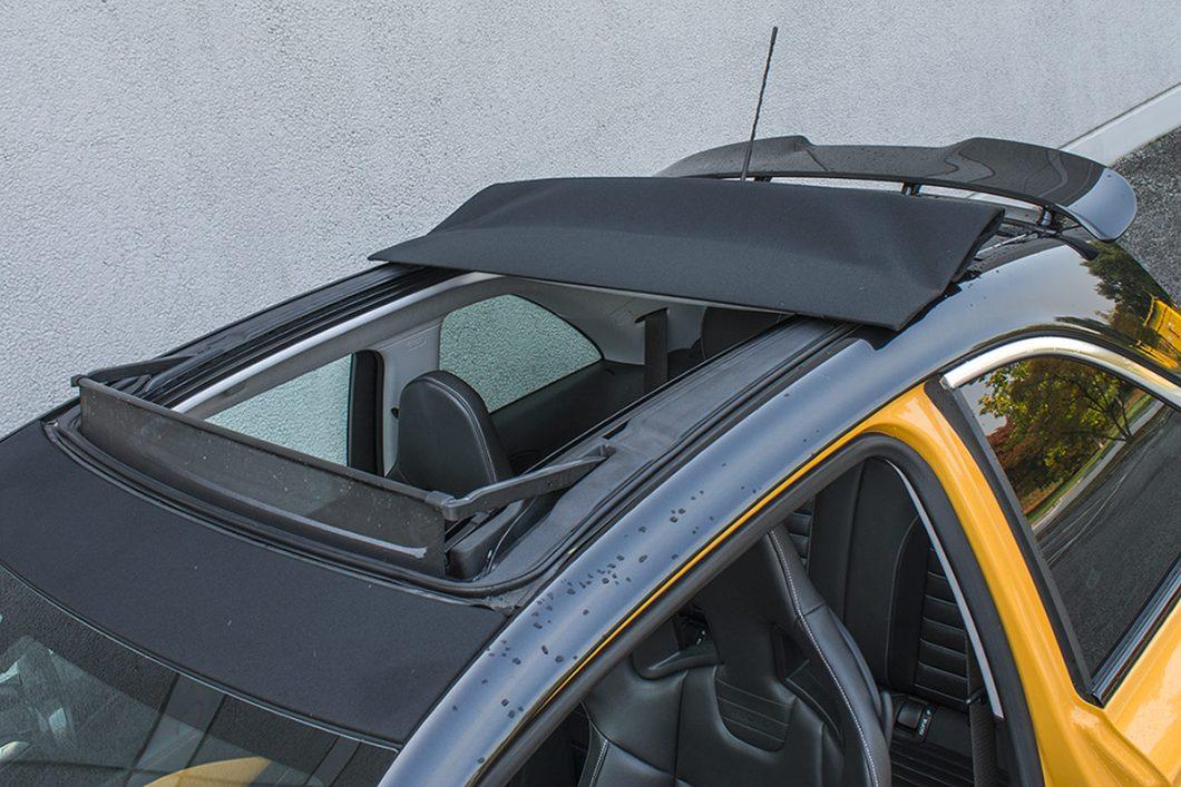 """Za razliku od uobičajenih krovnih prozora, ovaj """"canvas-top"""" ostavlja doista velik otvor za potpuni užitak vožnje tijekom toplog vremena. Maleno krovno krilo upotpunjava sportski dojam"""