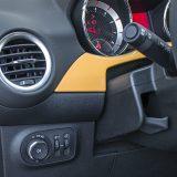 Putnim računalom Adama, kao uostalom i većine novijih Opela, upravlja se putem prekidača i kružnog izbornika smještenih na lijevoj poluzi iza obruča upravljača