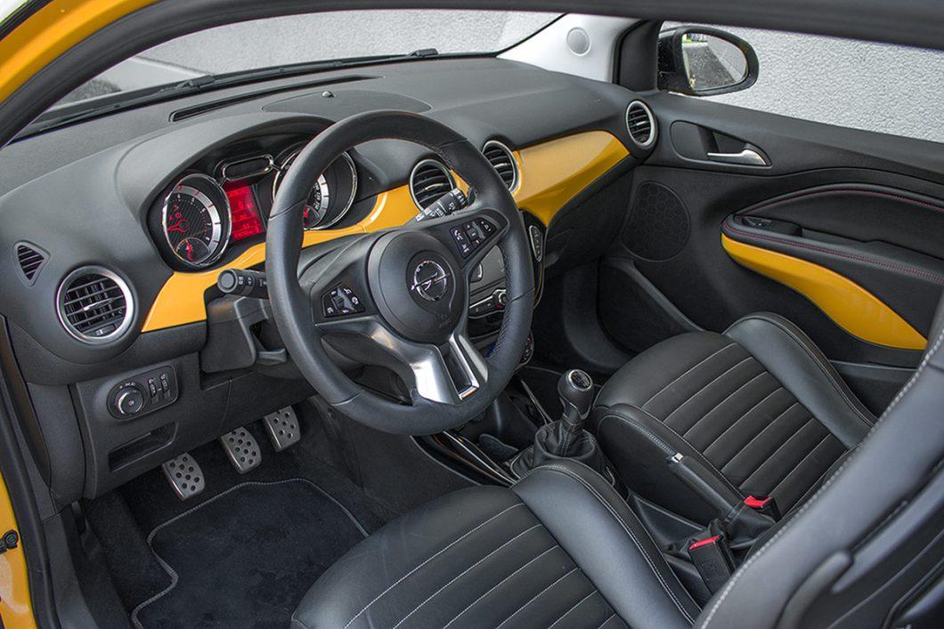 Već pri prvom pogledu na unutrašnjost jasno je zbog čega tvrdimo da Opel Adam koketira s near-premium segmentom. Detalji ovog interijera su doista solidno osmišljeni te djeluju moderno i kvalitetno