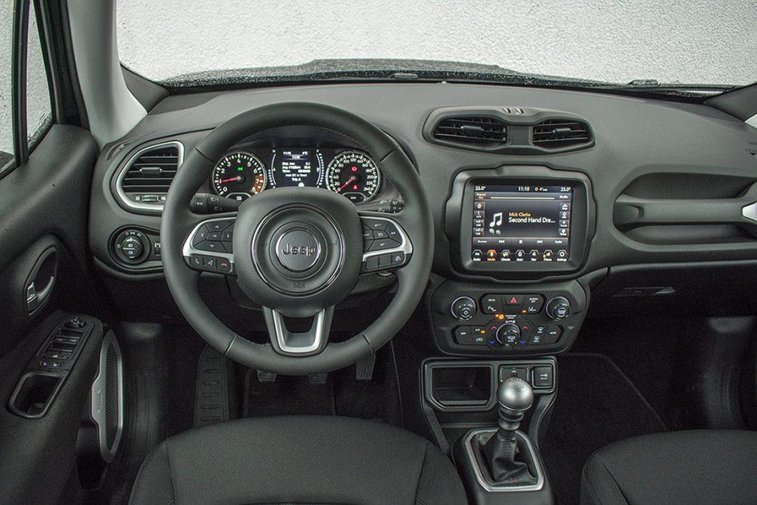 Funkcionalna i ergonomski dobro organizirana unutrašnjost nije značajnije izmijenjena nedavnim faceliftom. Jedino što bi smo mogli poželjeti je malo luksuzniji dojam plastičnih površina koji bi pratio privlačnu vanjštinu