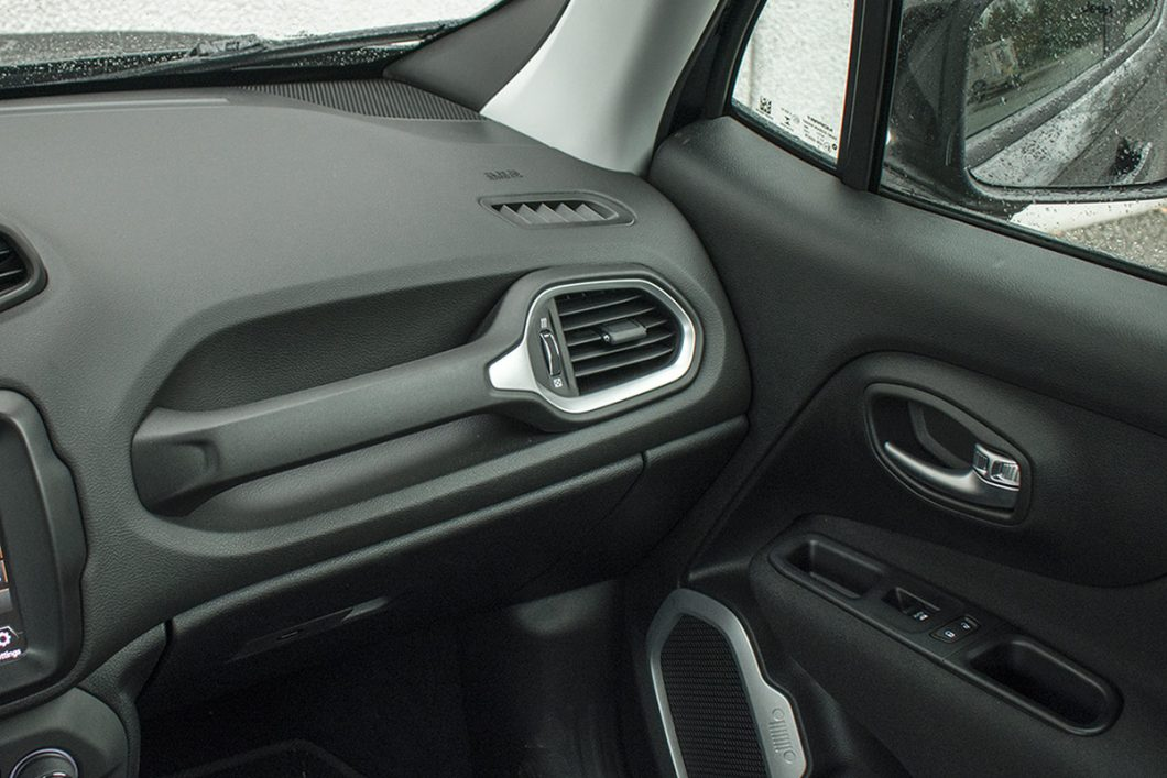 Kao automobil koji sa sobom donosi off-roaderski pedigre, Renegade nudi niz ručica za koje se možete pridržavati. To je takvime čak i u 1-litrenoj izvedbi koja zasigurno nikada neće skrenuti van asfalta