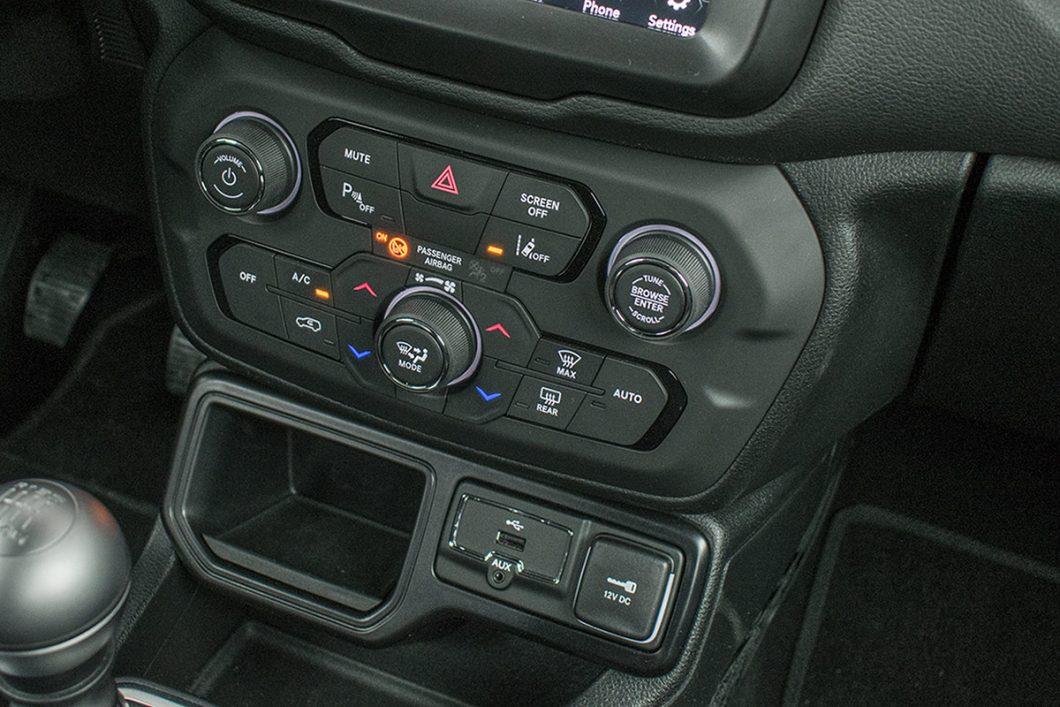Činjenica da već u paketu opreme Longitude jeepov Renegade donosi automatsku 2-zonsku klimu svakako je pohvalna. No, bilo bi ergonomski bolje da se temperatura podešava rotacijskim gumbima