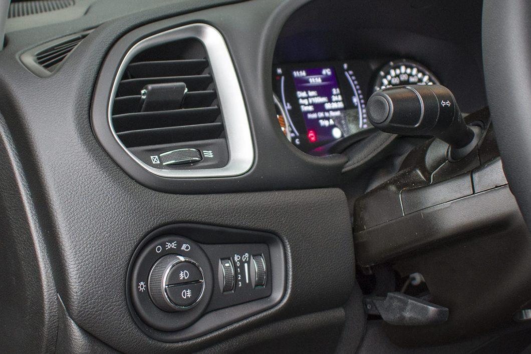 FCA misli na mnogo detalja i njihovi su automobili nerijetko vrlo bogato opskrbljeni korisnim elementima opreme. Tako su u testiranom Renegadeu serijska prednja svjetla za maglu, a tu je i kotačić za podešavanje razine osvjetljenja instrumenata