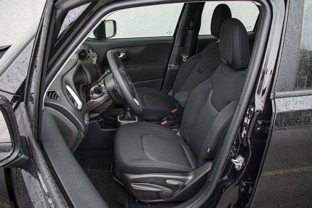 Prednja sjedala testiranog Renegadea nude udobnost i dobru potporu tijelu za jedan, prvenstveno gradski automobil. Sjedalni je dio, ipak, malo previše kratak