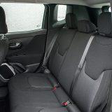 Na stražnjim će se sjedalima (opremljena su s dva ISOFIX priključka) bez problema smjestiti i odrasli. Ipak, zbog kuta naslona i oblika sjedala pitanje je na koliko će duge vožnje isti pristati...