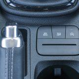 Klasična ručica parkirne kočnice u današnjiim je automobilima sve rjeđa, no u kompaktu poput Fieste doista nije na odmet. Prekidači služe za aktiviranje štedljivog (ECO) načina vožnje te isključivanje TCS-a i sustava Start & Stop