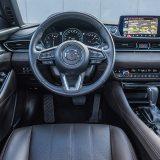 Uz lijep dizajn, najdojmljiviji detalj unutrašnjosti svakom će vozaču biti izvrsna ergonomija. Obruč upravljača sjajno leži u rukama, sve je lako dostupno, a položaj za upravljačem mogao bi poslužiti kao primjer velikoj većini automobilskih marki