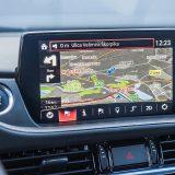 Zaslon infotainment sustava ima dijagonalu od 8-inča, a navigacija sa SD karticom sada je serijski dio opreme u svim Mazdama6. Ugrađeni CD player neki će, možda, smatrati pomalo arhaičnim, no tu je i Bluetooth za telefoniranje bez ruku i streaming glazbe