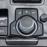 Električna parkirna kočnica se podrazumijeva u automobilu ove kategorije, a funkcija Auto Hold (za održaavnje vozila nepomičnim nakonzaustavljanja) fantastično je preaktičan dodatak. Tu je i upravljački međusklop mazdinog infotainment sustava HMI Commander