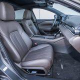 Sjedala presvučena smeđom napom pružaju vrlo dobru potporu tijelu i pri bržim prolascima kroz zavoje. Dakako, udobnost je na vrhunskoj razini, čemu pripomaže i izvrstan ovjes. Uz to, ova su sjedala električno podesiva, grijana i ventilirana, a ono za vozača ima i dva memorijska položaja