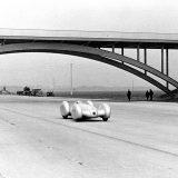 Rudolf Caracciola na autocesti Dessau - Bitterfeld, 9. veljače 1939, u Mercedes-Benzu W 154 Rekordwagen s V12 motorom (izvedba za obaranje rekorda kretanjem iz mirovanja)