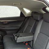 Na stražnjim sjedalima Lexus NX nudi obilje prostora za koljena