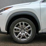 Atraktivni 18-colni naplaci tamne srebrne nijanse izvrsno se slažu s karoserijom u boji Sonic White. Riječ je o bijeloj boji s bisernim efektom