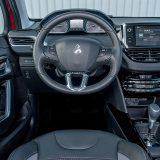 U interijeru, testirani Peugeot 2008, pored izbora materijala koji ukupni dojam podižu na doista solidnu razinu, uvjerljivo najatraktivniji detalj predstavlja (na modelu 208 prvi puta uvedeni) i-Cockpit