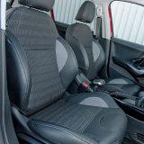 Prednja sjedala nude solidnu udobnost i relativno dobru potporu tijelu u zavojima. Kombinacija umjetne kože i tkanine pridonosi estetskom dojmu unutrašnjosti