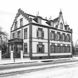 Godine 1906. Carl Benz je sa sinom osnovao tvrtku C. Benz Söhne u Ladenburgu. Kuća obitelji Benz (na slici) temeljito je renovirana i vraćena u izvorno stanje od strane Daimler-Benza, 1985.