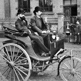 Benz Patent-Motorwagen u dorađenoj izvedbi iz 1887. Za upravljačem je Carl Benz, dok je suvozač njegov komercijalist, Josef Brecht