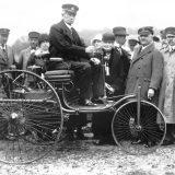 Carl Benz za upravljačem Patent-Motorwagena Nr. 1 iz 1886, snimljen u Münchenu, 1925. godine