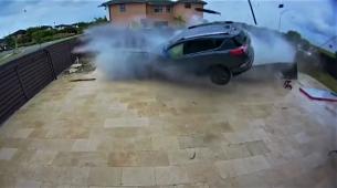 Toyota RAV4 kao hovercraft preletjela preko bazena
