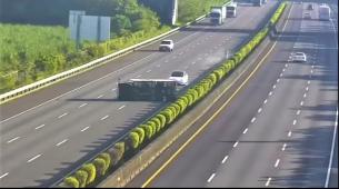 Teslinim Modelom 3 izravno u prevrnuti kamion