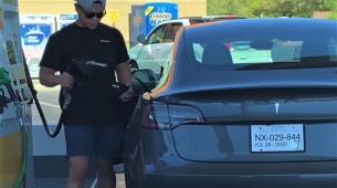 Ono kad pokušaš natočiti gorivo – u Teslu