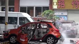 Snimljena eksplozija električnog automobila na punjaču
