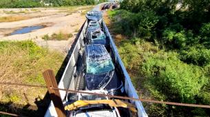 Vlak pun novih automobila zaglavio u preniskom podvožnjaku