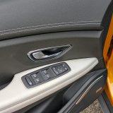 Električno sklapanje vanjskih retrovizora još je jedan od praktičnih detalja. Dakako, svi su prozori opremljeni automatskim podizačima, a stražnja bočna stakla imaju i sjenila