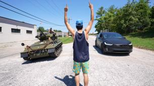 Nesvakidašnji okršaj: Tesla protiv tenka