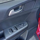 Potpunu elektrifikaciju prozora sprijeda i otraga te retrovizora, već odavno smatramo standardnom za ovu klasu vozila. Ipak, tek je vozački prozor opremljen automatskim podizanjem