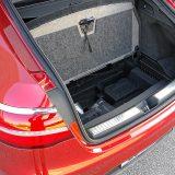 Ispod podnice prtljažnika nalazi se još mjesta za manje predmete. Automobil je serijski opremljen kompletom za popravak pneumatika Tirefit
