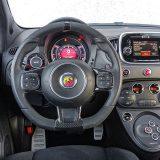 Šarenilo interijera tipično je za talijanske sportske automobile. No, činjenicom jest da informacija ne nedostaje. Glavni digitalni instrumenti imaju dva dizajna, ovisno o aktivaciji načina rada Sport