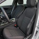 Prednja sjedala nude vrlo nizak položaj sjedenja i dobru bočnu potporu. Također, ergonomski su vrlo povoljno oblikovana, a nama je nedostajalo tek podešavanje lumbalnog dijela