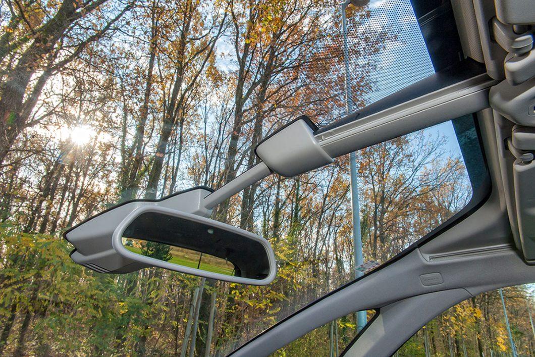 Sjenila na vjetrobranu imaju dodatne klizne površine povlačenjem kojih se pred vozačem i suvozačem otvara doista lijep vidik, a unutrašnjost postaje posebno svijetla